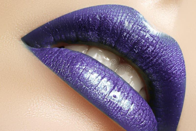 Zauber-Glanz-Lippenmake-up Modemake-upschönheitsschuß Nahaufnahme-sexy volle Lippen mit feiern purpurrotes Lipgloss stockfotos