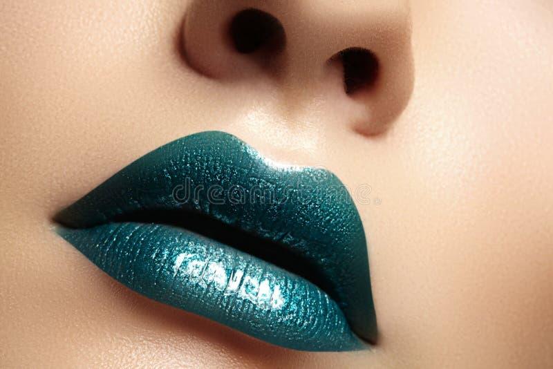 Zauber-grüne Glanz-Lippen mit Sinnlichkeitsgeste Sexy Art, Nahaufnahmemakroschuß vom weiblichen Lippenmake-up Sinnlichkeitsmund stockfoto