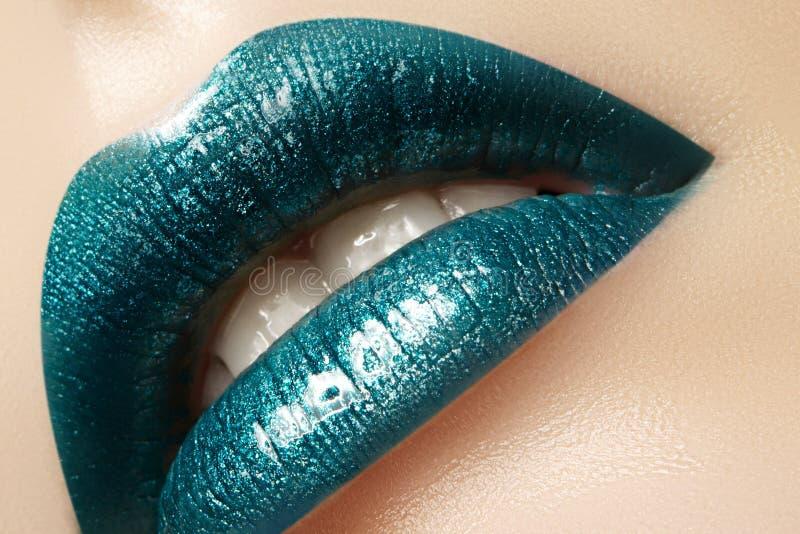 Zauber-grünes Glanz-Lippenmake-up Modemake-upschönheitsschuß Nahaufnahme-sexy volle Lippen mit feiern aquamarines Lipgloss stockbild