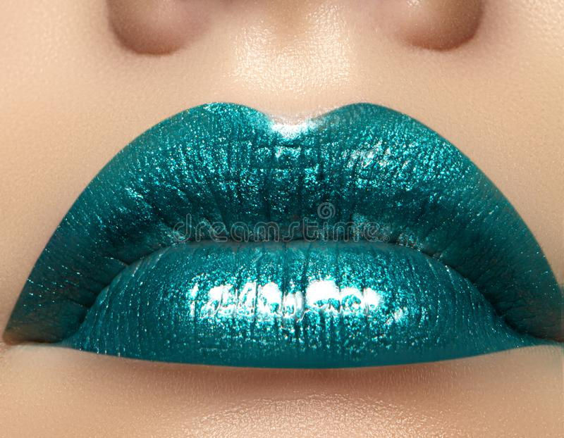 Zauber-grünes Glanz-Lippenmake-up Modemake-upschönheitsschuß Nahaufnahme-sexy volle Lippen mit feiern aquamarines Lipgloss lizenzfreie stockfotos