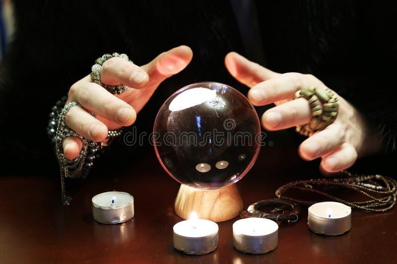 Zauberer überreicht transparenten Glaskugelwahrsagen für Zukunft lizenzfreies stockbild