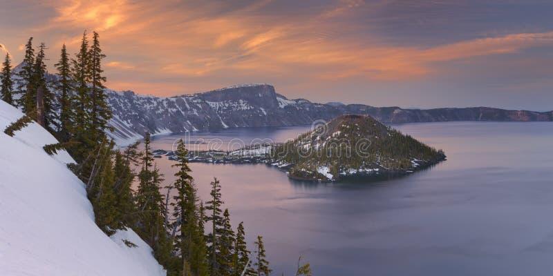 Zauberer-Insel im Crater See in Oregon, USA bei Sonnenuntergang stockfotografie