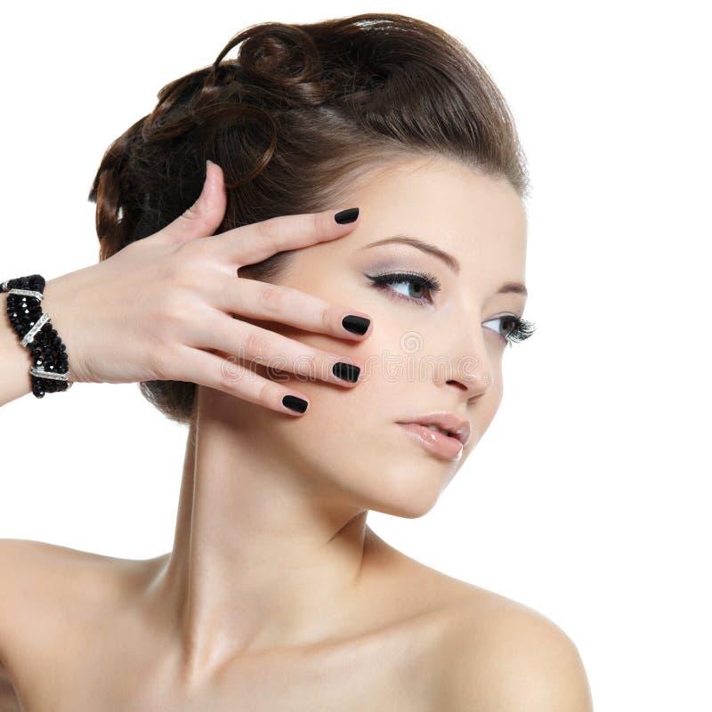 Zauberfrau mit schwarzen Nägeln lizenzfreie stockbilder