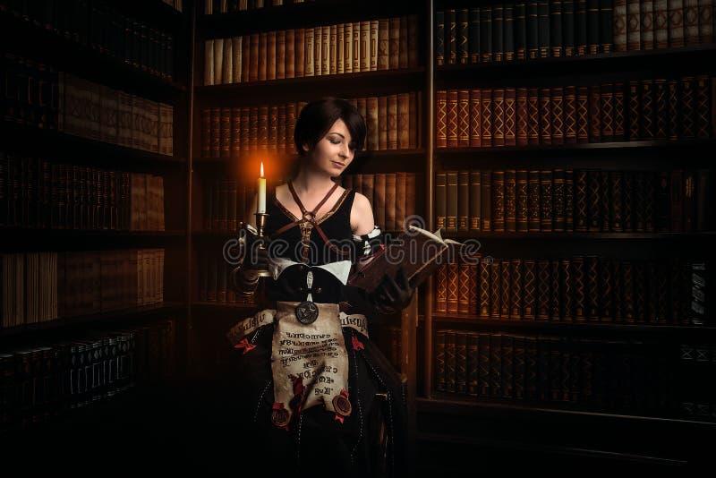 Zauberin mit Büchern lizenzfreie stockfotos