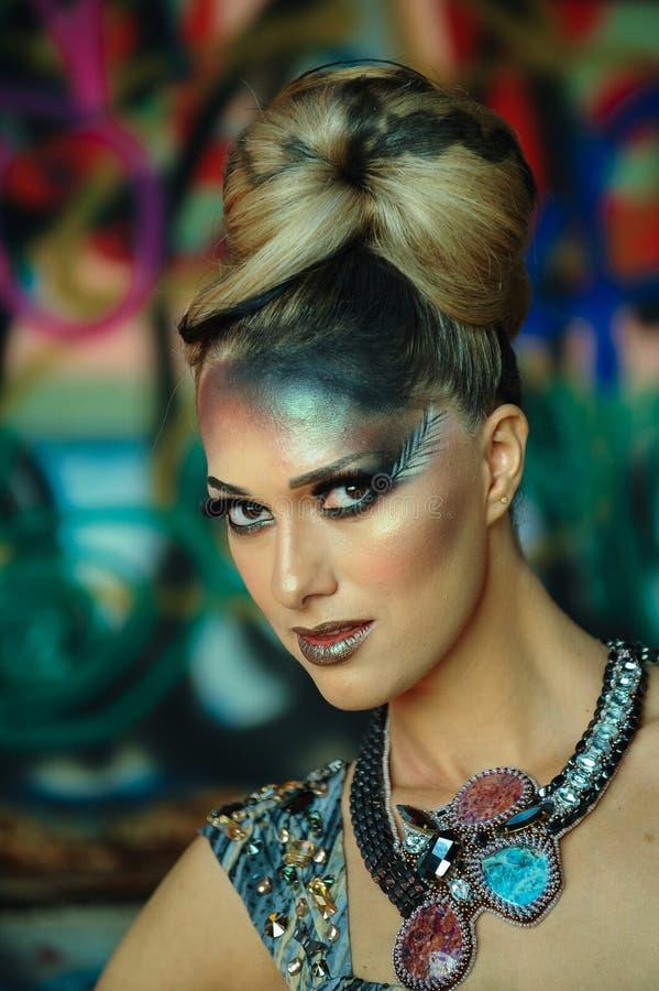 Zaubermode-modell mit hellem Make-up und kreativer Frisur stockfotografie