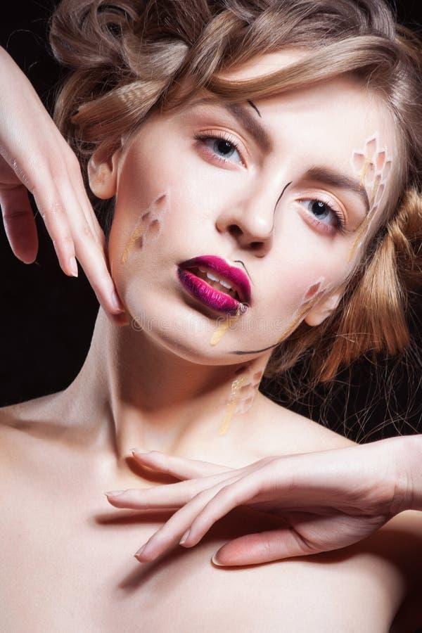 Zaubernahaufnahmeporträt des schönen sexy stilvollen blonden kaukasischen Modells der jungen Frau mit hellem Make-up, mit Rot stockfoto