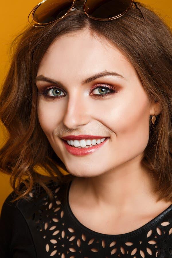 Zaubernahaufnahmeporträt des schönen sexy stilvollen kaukasischen Modells der jungen Frau mit hellem Make-up stockbild