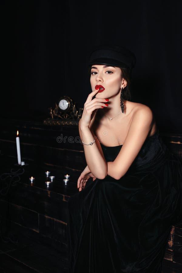 Zauberporträt einer heißen, sexy und schönen kaukasischen Frau, die schwarze Kleidung trägt stockfotos