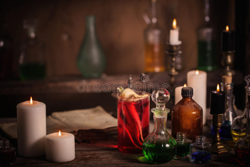 Zaubertrank, Bücher und Kerzen lizenzfreie stockfotografie