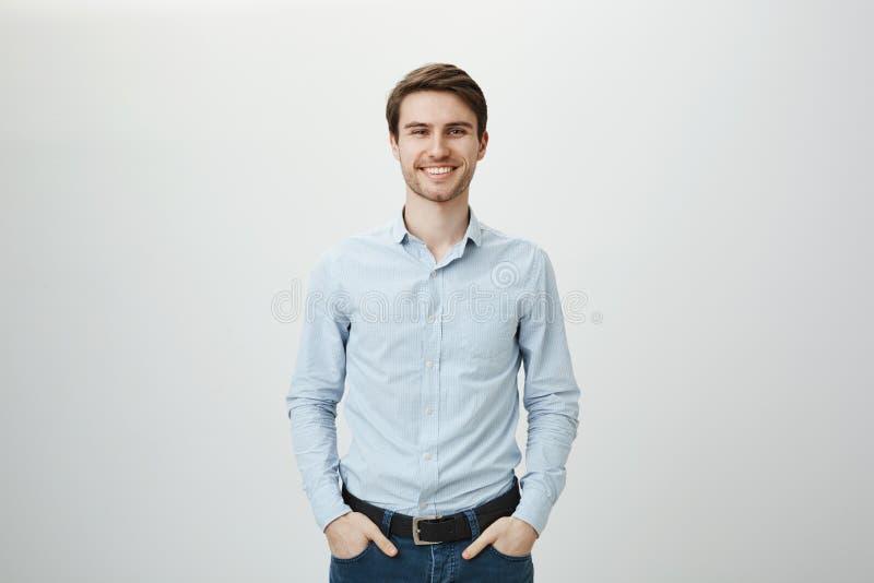 Zaufania i biznesu pojęcie Portret czarować pomyślnego młodego przedsiębiorcy w robotniczej koszula, ono uśmiecha się zdjęcie stock