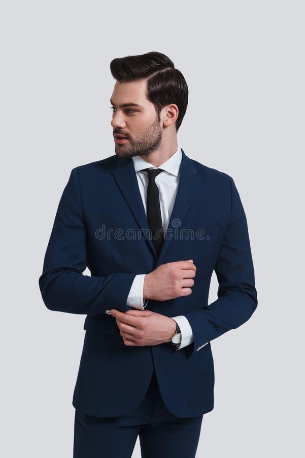 Zaufanie i charyzma Przystojny młody człowiek w pełnym kostiumu adjusti obraz stock