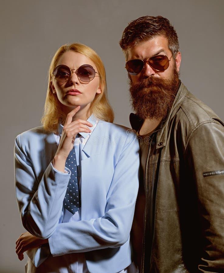 Zaufanie jest najwięcej ważnej części związek Przyjaźni powiązania Moda modele w słońc szkłach miłość pary zdjęcia royalty free