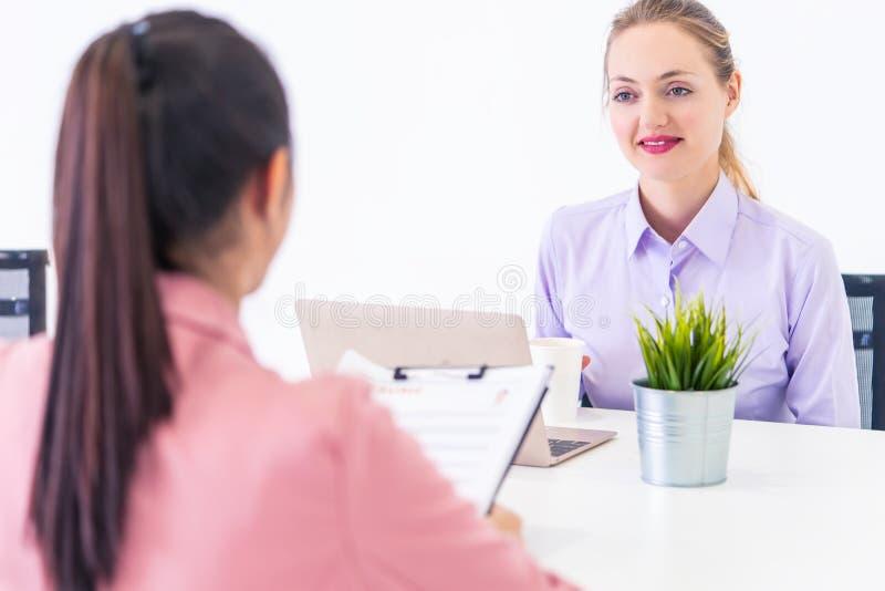 Zaufanie kobieta jest optymistycznie podczas gdy brać jej akcydensowego wywiad zdjęcia royalty free