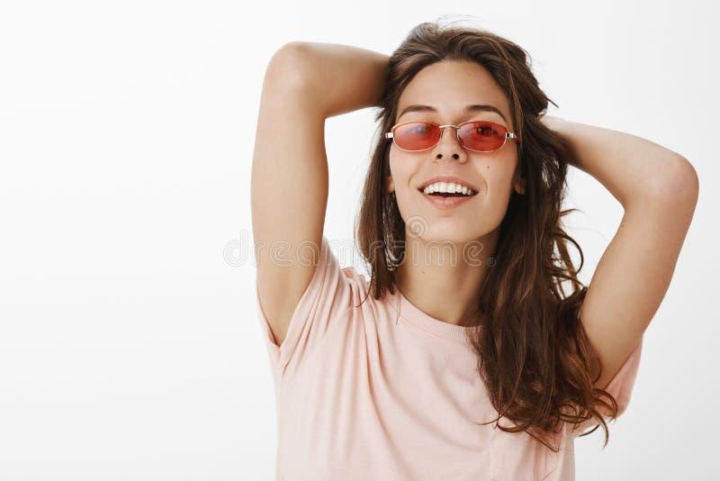 Zaufanie przyciąga ludzi Portret elegancka europejska kobieta z naturalną włosianą dźwiganie głową w aroganckiej pozie zdjęcia stock