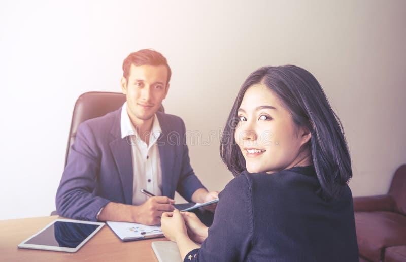 Zaufanie urzędnicy pracuje jak drużyna w biurze zdjęcia royalty free