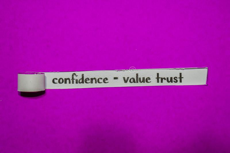 Zaufanie - wartości zaufania, inspiracji, motywacji i biznesu pojęcie na purpura drzejącym papierze, obrazy royalty free