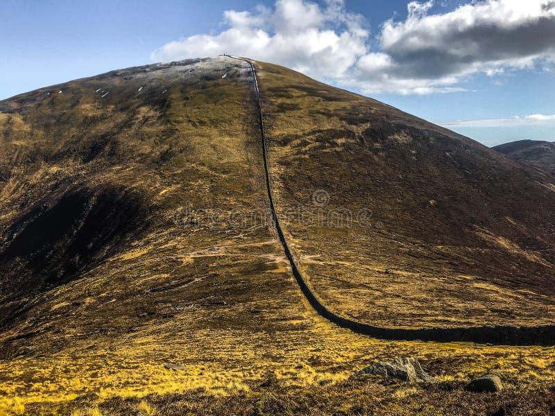 Zaun auf Abhang, Slieve Donard, Grafschaft unten, Irland lizenzfreies stockbild