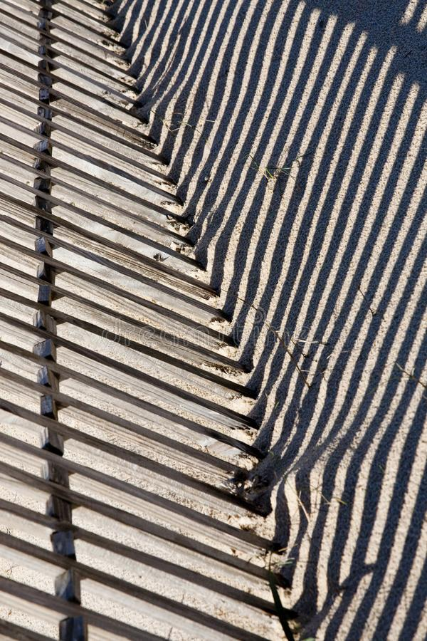 Zaun auf dem Sand lizenzfreie stockbilder
