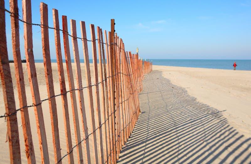 Zaun auf dem Strand stockbilder