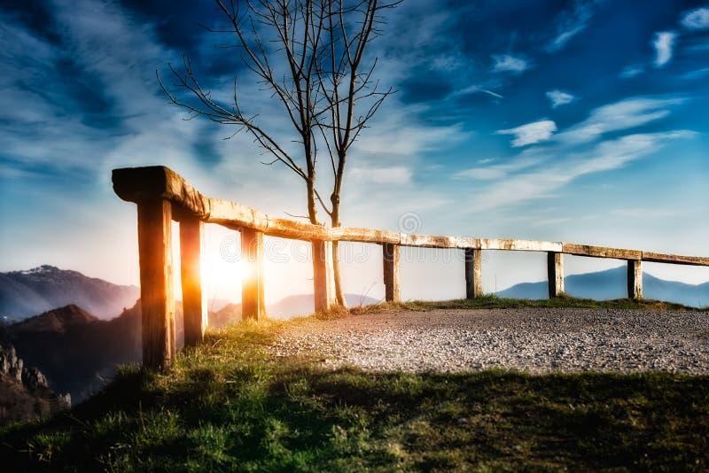 Zaun in den Bergen stockfotos