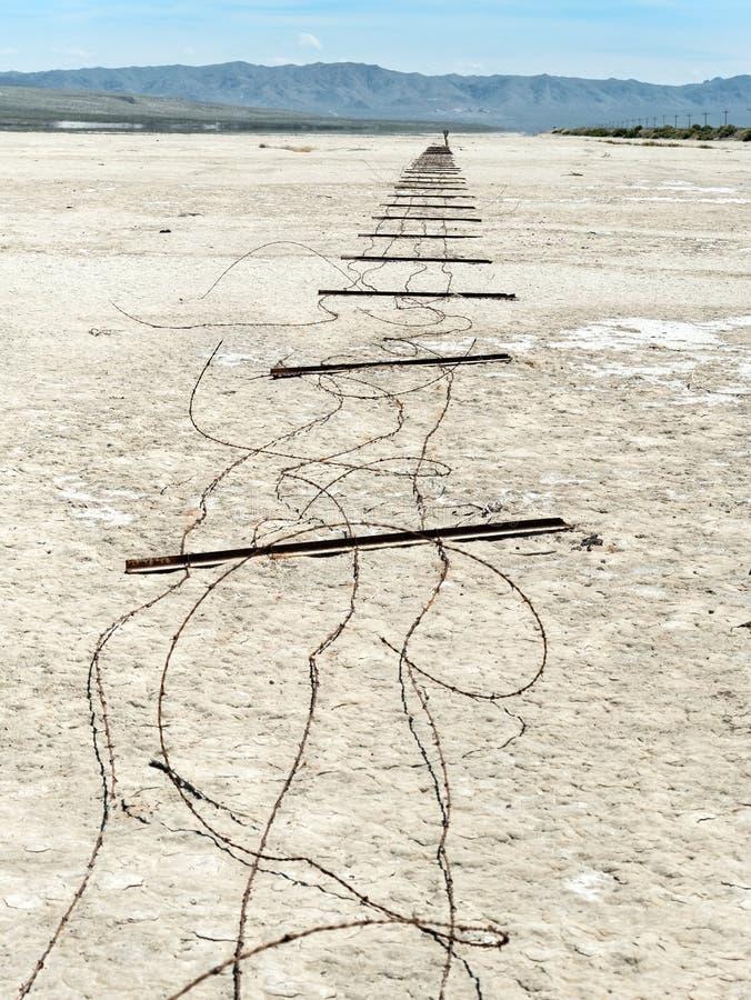 Zaun, der flach auf dem playa liegt stockbilder