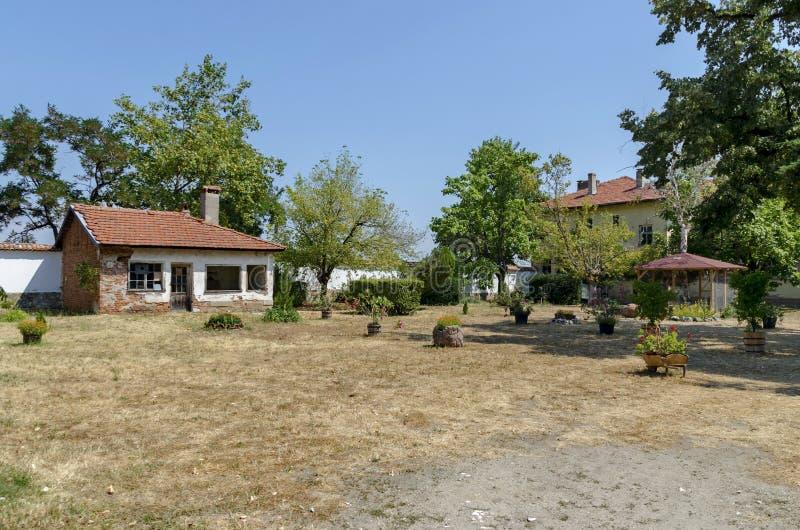 Zaun des antiken und neuen Teils am Kirchhof, Batkun-Kloster stockbild
