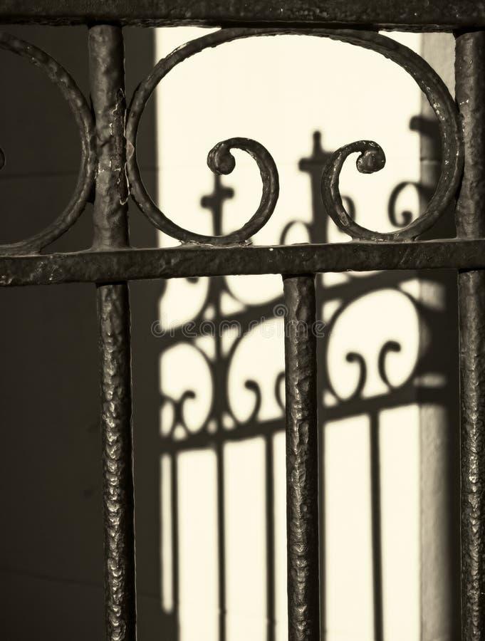 Zaun des bearbeiteten Eisens lizenzfreie stockfotos