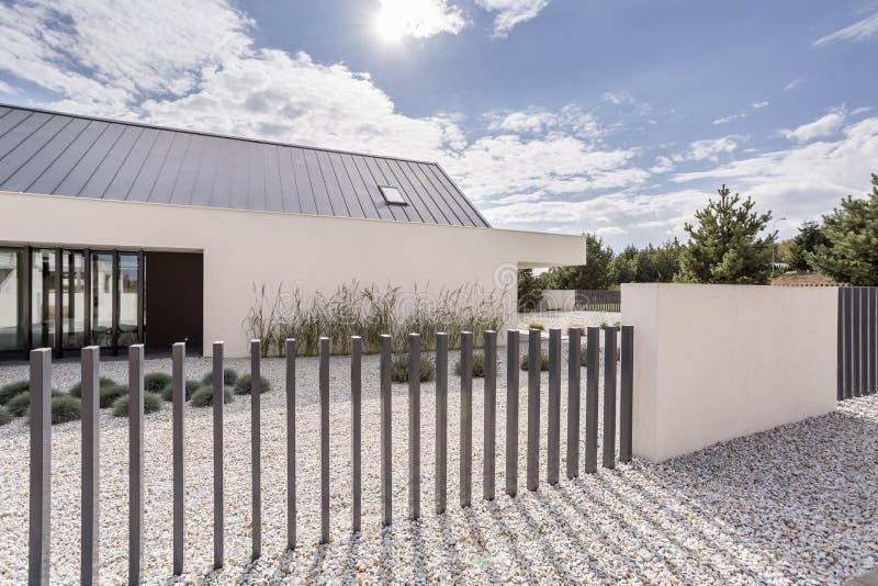 Zaun des geräumigen weißen Hauses stockfotos