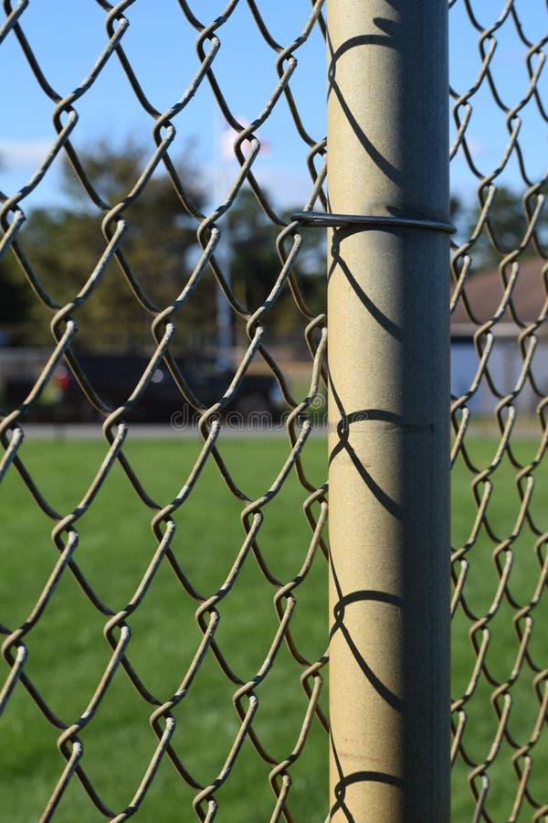 Zaun an einem Baseballfeldabschluß oben lizenzfreies stockbild