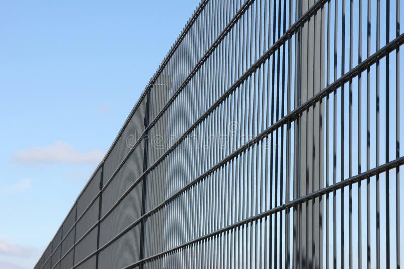Zaun gegen blauen Himmel lizenzfreies stockbild
