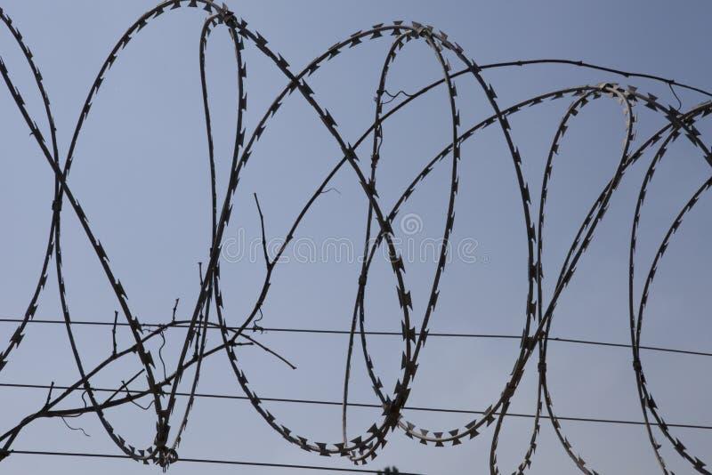 Zaun mit einem Stacheldraht lizenzfreie stockfotos