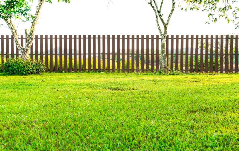 Zaun mit grünem Gras im Garten stockbilder