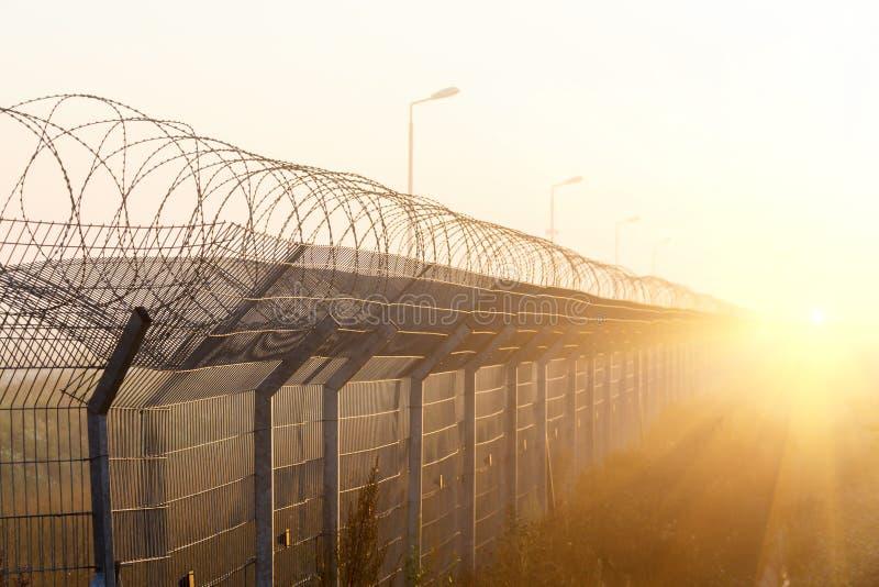 Zaun Mit Stacheldraht Auf Der Grenze Stockfoto - Bild von freiheit ...