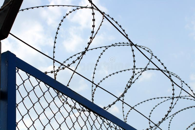 Zaun mit Stacheldrahtnahaufnahme lizenzfreies stockfoto