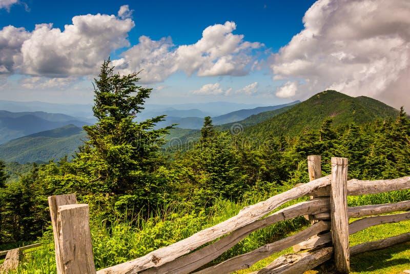 Zaun und Ansicht der Appalachians vom Berg Mitchell, Nordca lizenzfreie stockfotografie