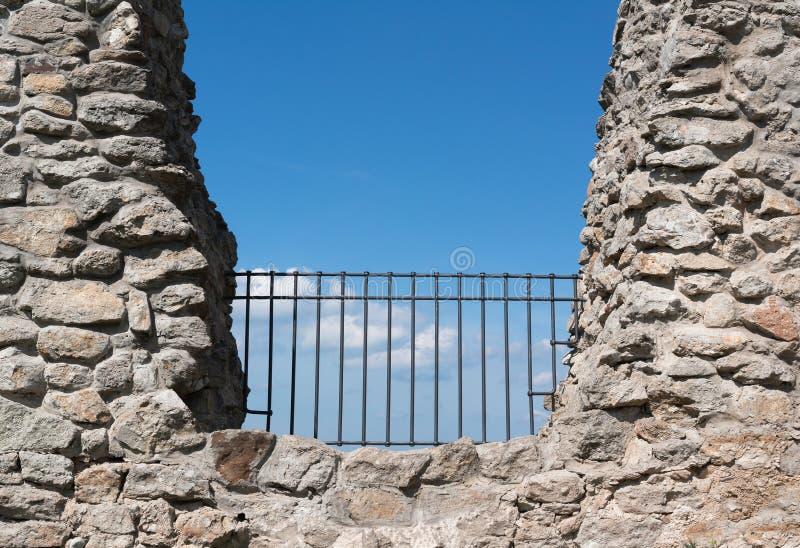 Zaun und Sperre im Felsen lizenzfreies stockfoto