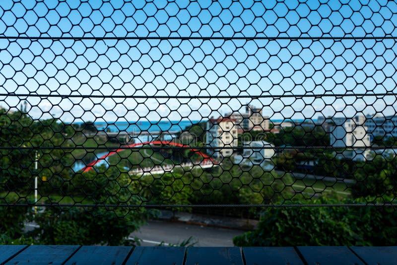 Zaun vor Hualien-Landschaft in Taiwan stockbild