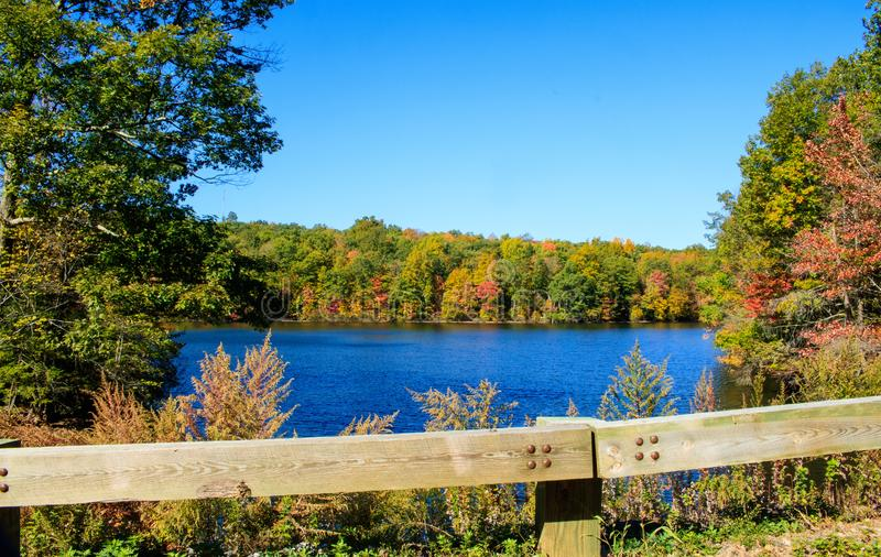 Zaun vor West-Hartford-Reservoir lizenzfreie stockfotografie