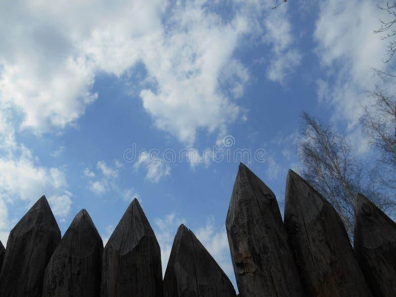 Zaunpalisade gegen den blauen Himmel stockbild