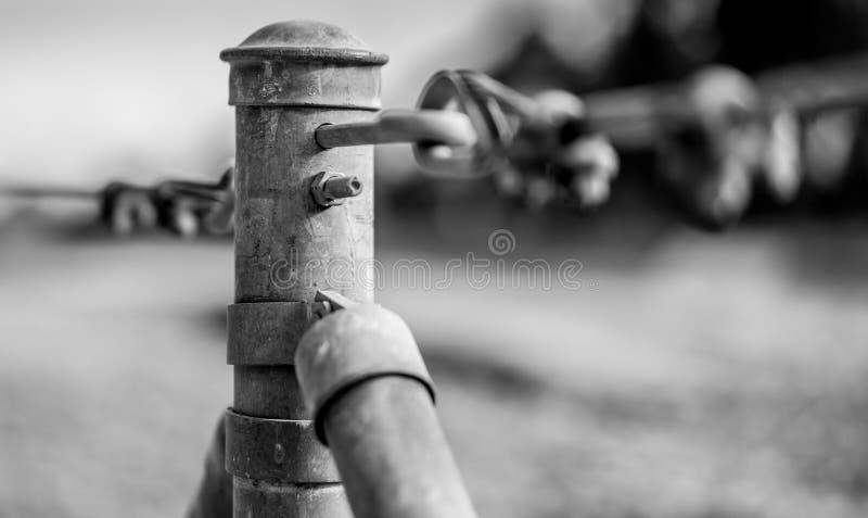 Zaunpfostenbeitrag in Schwarzweiss stockfotografie