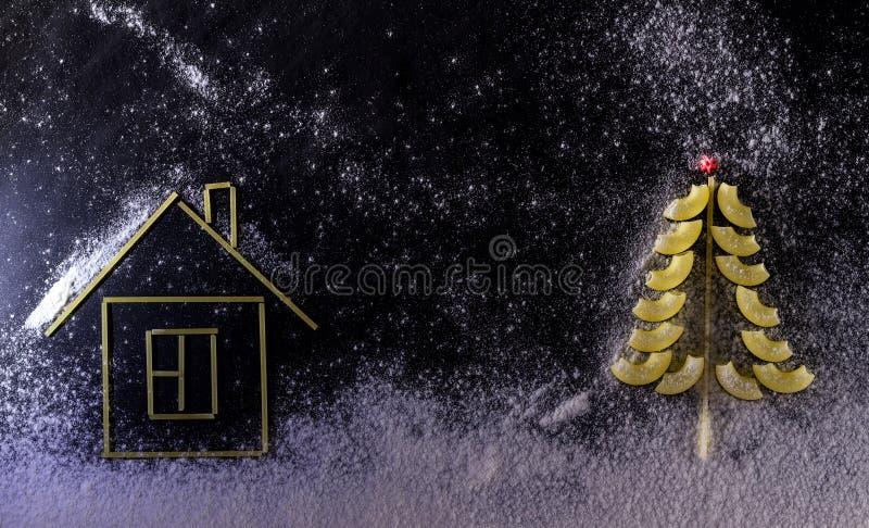 Zauważamy śniegiem, śnieżysta choinka i makaron mieścimy d obraz royalty free