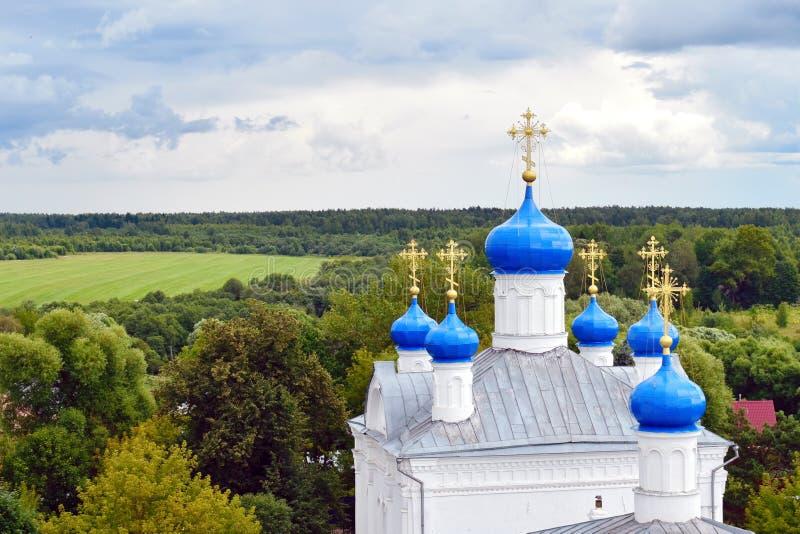 Zavidovo Rusland 07 13 2019 Grote klokketoren en koepels in Russische Orthodoxe Kerk stock afbeelding