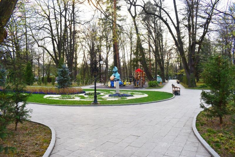 Zavoipark van Ramnicu Valcea, Roemenië, in een mooie de lentedag stock fotografie