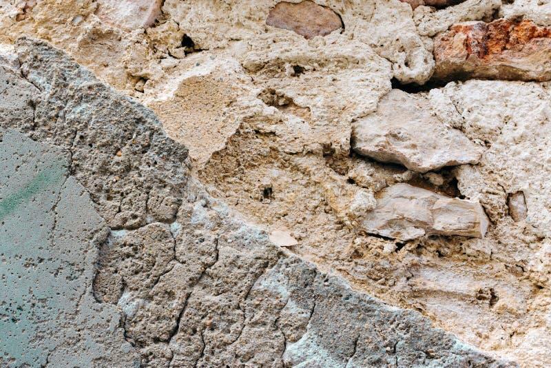 Zawalająca się stara ściana z cegieł z strugającym daleko tynkiem Bielu koloru popielaci terakotowi cienie z grungy szorstką teks obraz stock