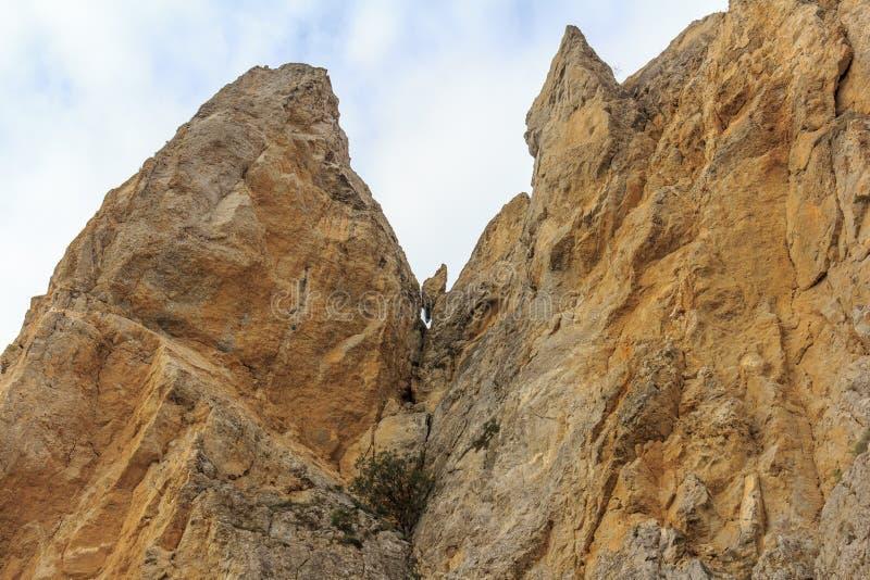 Zawalenie się kamienie od falezy Spada kamienie rockfall Zniszczenie skała zdjęcie stock