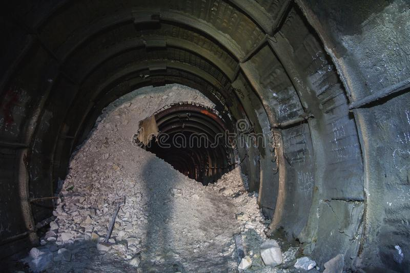 Zawalenie się w kredowej kopalni, tunel z śladami musztrować m zdjęcie stock