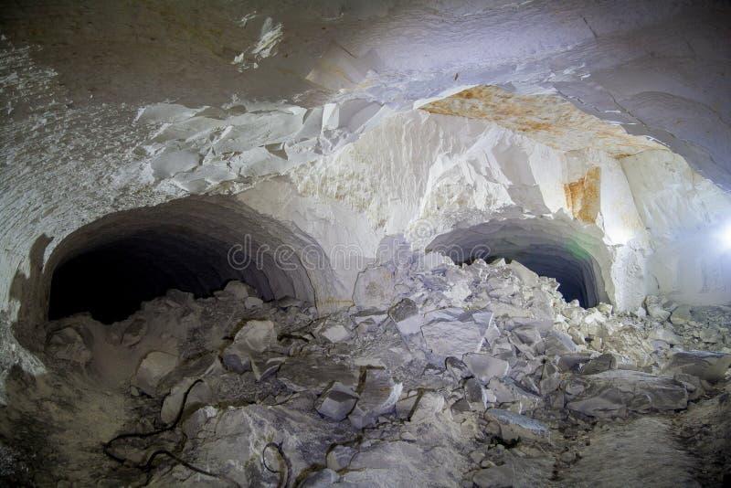 Zawalenie się w kredowej kopalni, tunel z śladami musztrować m obraz stock
