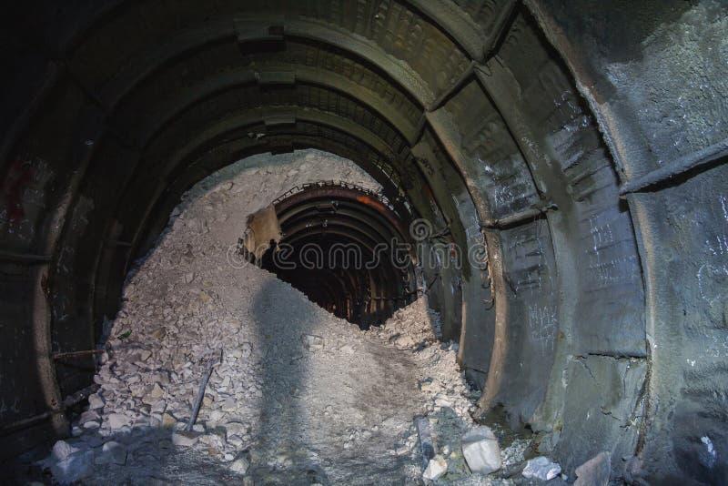 Zawalenie się w kredowej kopalni, tunel z śladami wiertnicza maszyna zdjęcie royalty free