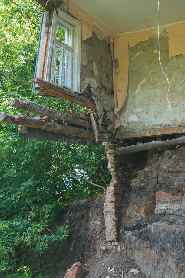 Zawalona podłoga w pokoju intymny dom, czerepie ściana i okno, Zniszczenie podstawa wody gruntowe obrazy stock