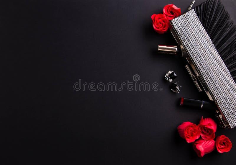 Zawartość żeńska torebka wliczając jewellery i kosmetyków zdjęcie stock